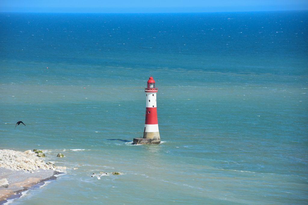 faro di Beachy Head in mare