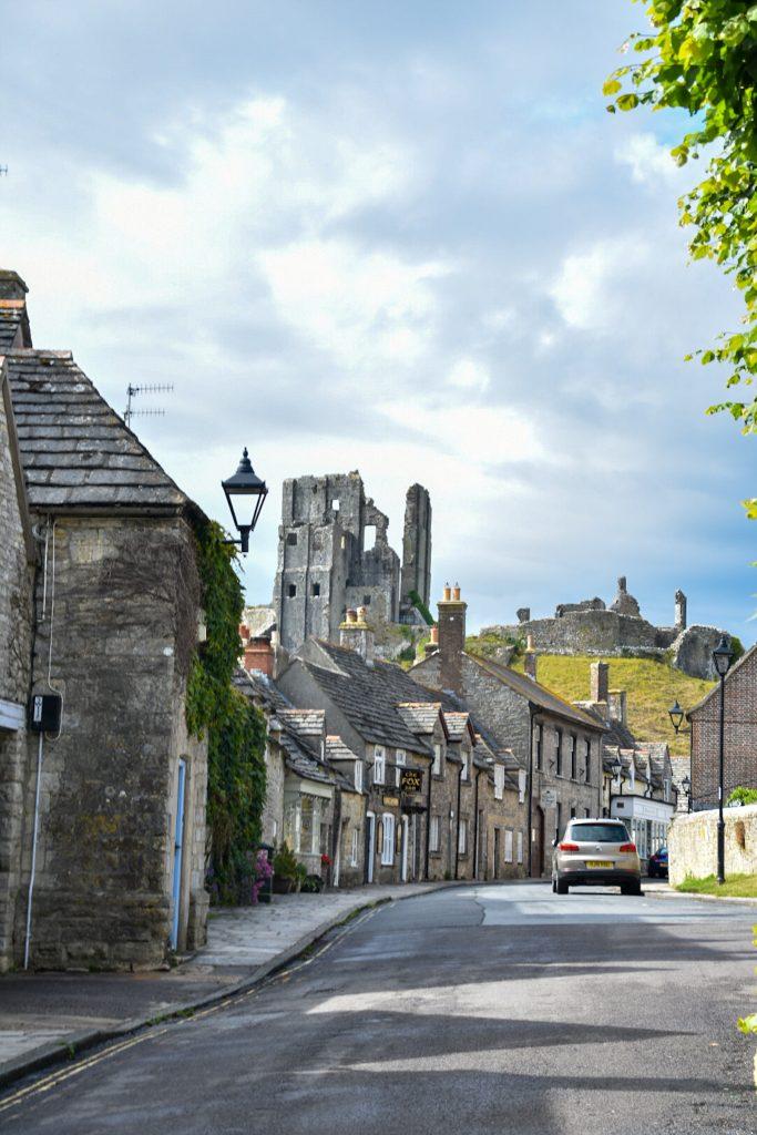 il castello di corfe castle visto dal villaggio