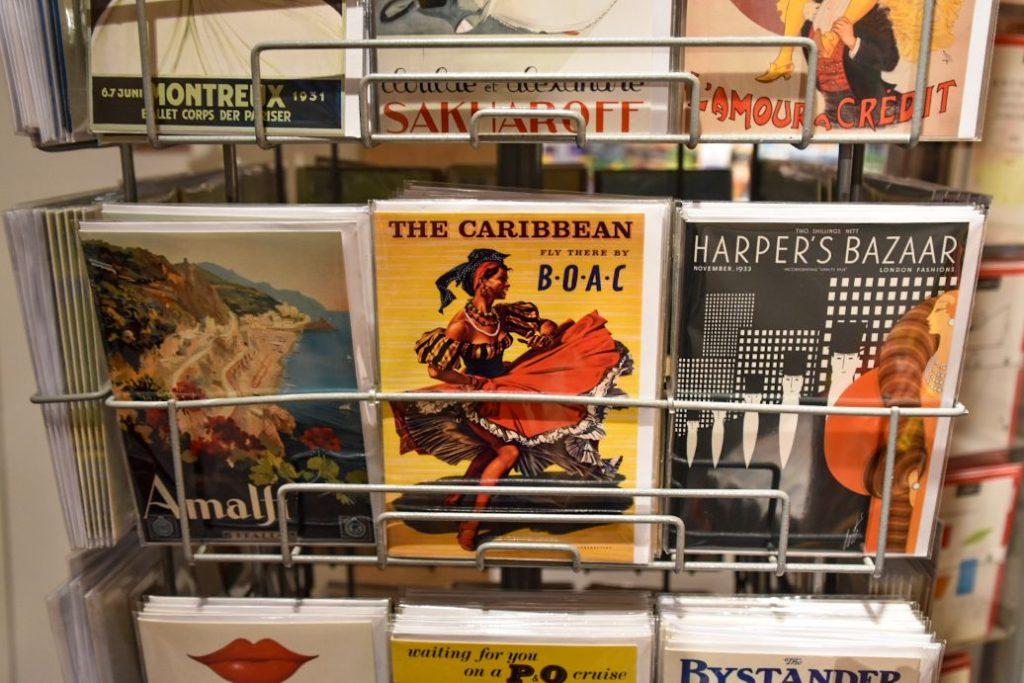 cartoline nella libreria stanfords a londra