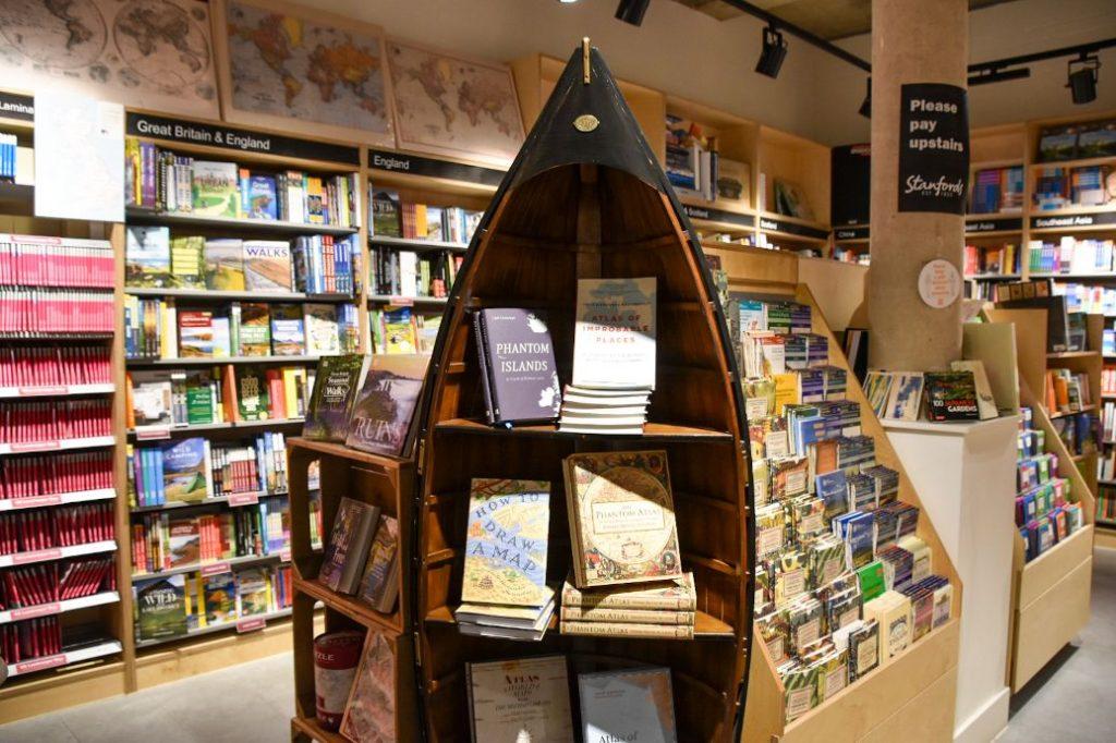 libri all'interno di stanfords a Londra