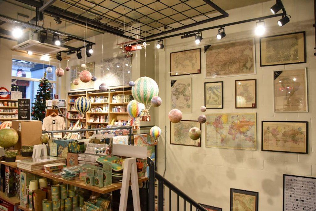 l'interno della libreria Stanfords a Londra