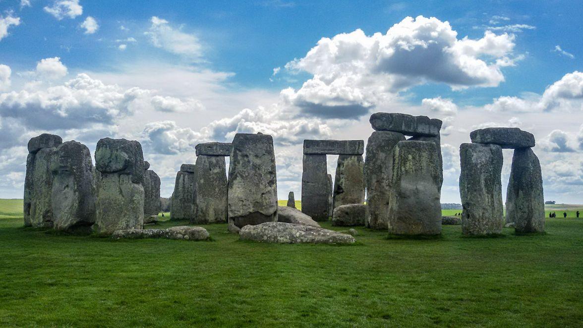 the circle of stonehenge stones