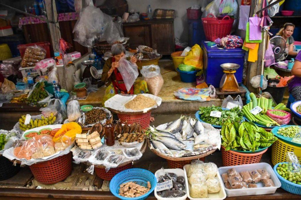 maeklong market, bancarella