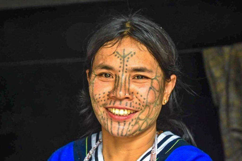 mindat donne dal volto tatuato