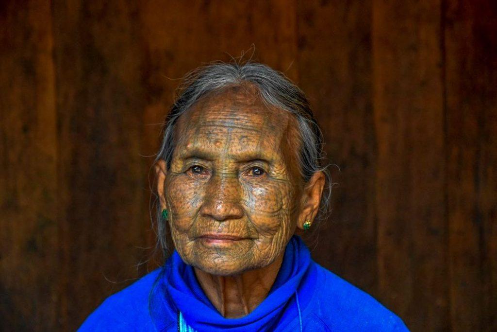 mindat, donne dal volto tatuato