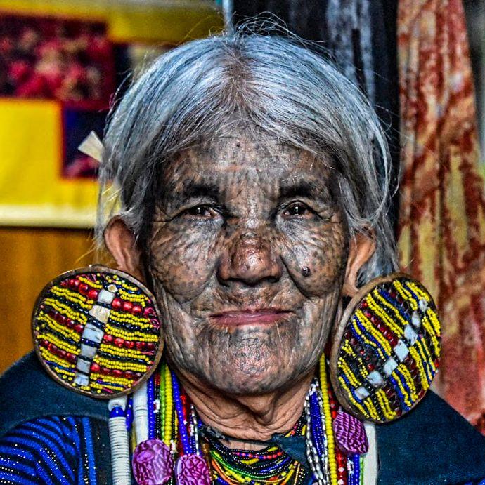 donne dal volto tatuato
