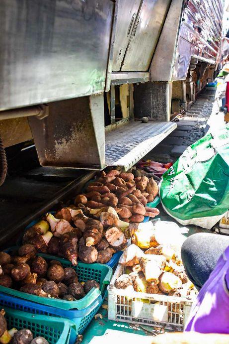 passaggio del treno, maeklong market